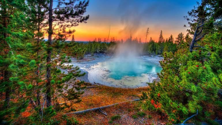 Гейзерная яма в американском парке Йеллоустоун