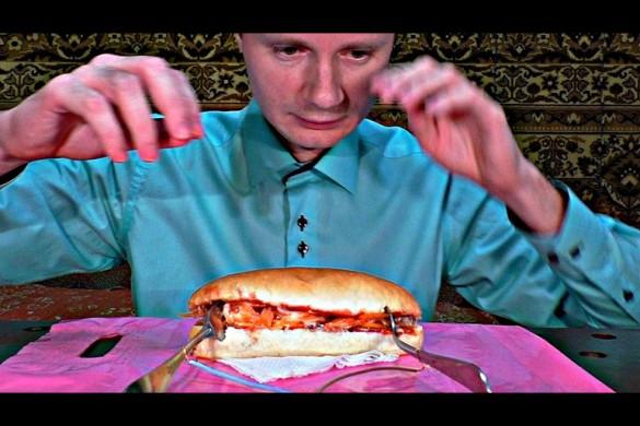 Опасно! Безбашенный парень разогревает еду с помощью ложек, вилок и электричества!
