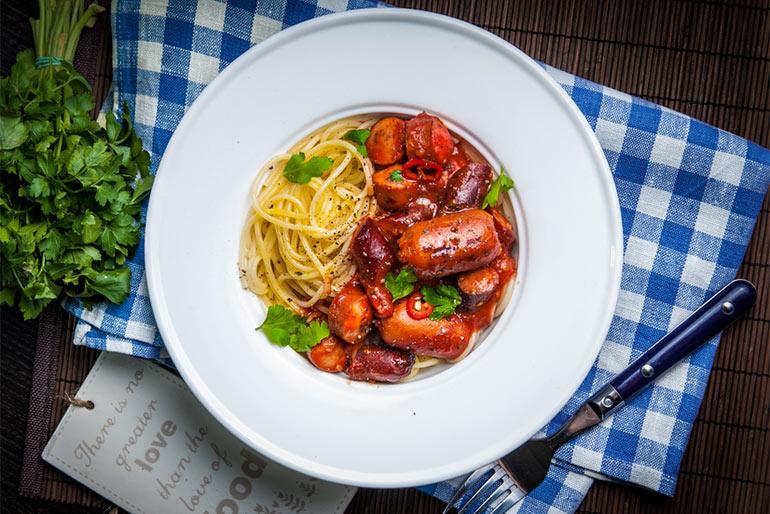 «Литературная кухня». «Теория большого взрыва». Спагетти с маленькими сосисками.
