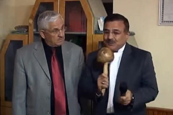 Репортер говорит в гриб вместо микрофона